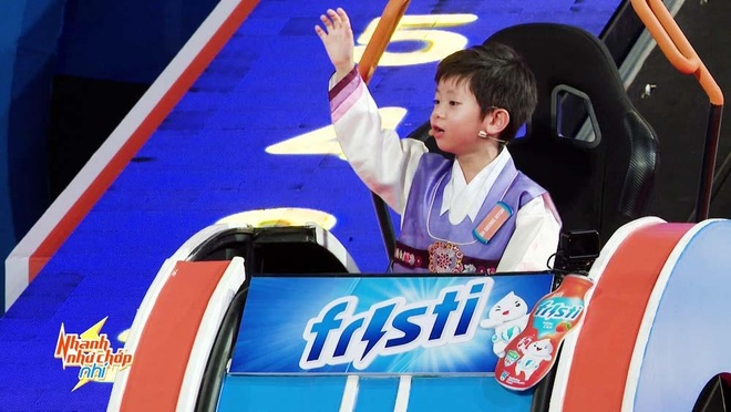 Tran Thanh 'tan chay' truoc cau be Han Quoc dep trai, thong minh hinh anh