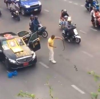Nguoi dan ong bo xe giua pho, giet ran roi doa tu tu o Thai Lan hinh anh