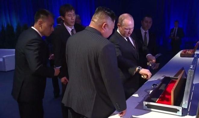 Tong thong Putin va ong Kim Jong Un tang kiem cho nhau hinh anh