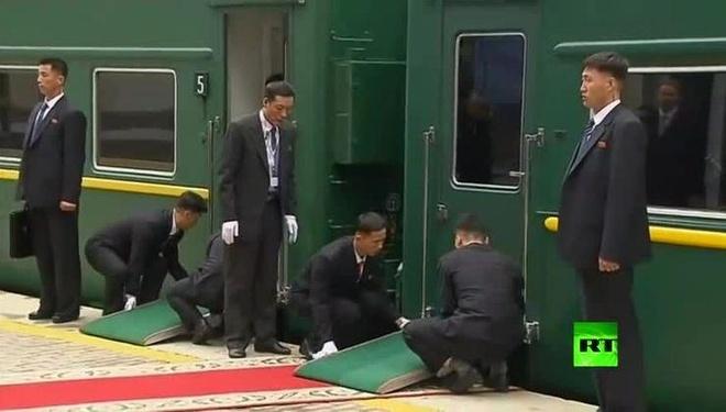Nhung khoanh khac ky la trong chuyen tham cua ong Kim Jong Un toi Nga hinh anh
