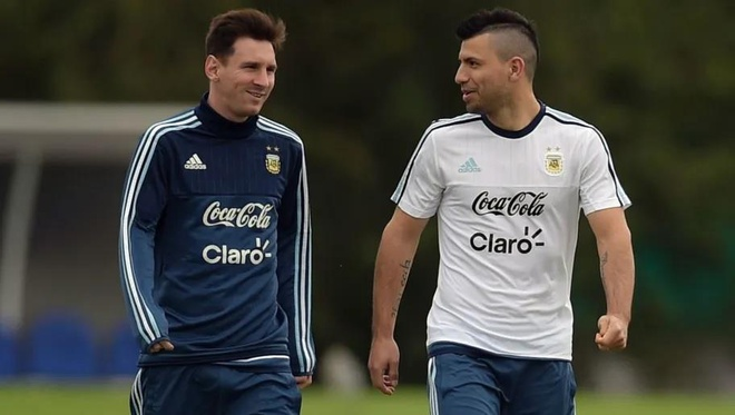 Maradona, Messi va Aguero tung la nguoi trong mot nha hinh anh