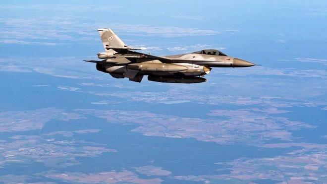 Phi cong nhay du khoi F-16 cua Khong quan My sap dam vao nha kho hinh anh