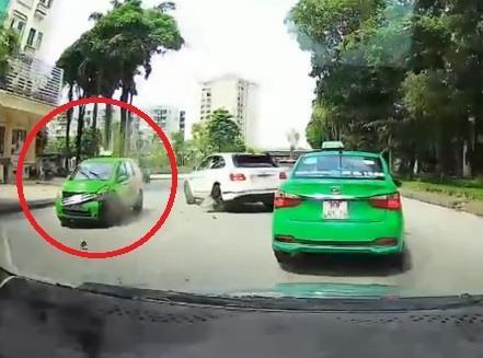 Oto lan lan dam hong nang taxi o Ha Noi hinh anh