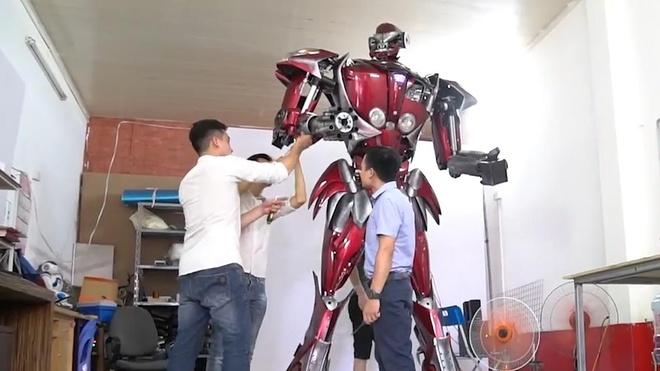 Nhom 9x Ha Noi di xin phe lieu xe may lam robot khong lo hinh anh