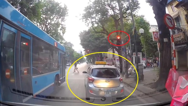 Taxi khong nhuong duong du xe cuu thuong hu coi lien tuc hinh anh