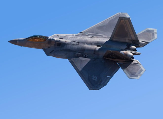 Canh quay an tuong khi bay cung tiem kich F-22 Raptor hinh anh