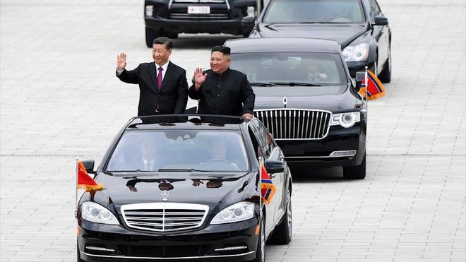 Chuyen di 'vong quanh the gioi' cua 2 xe limousine de vao Trieu Tien hinh anh