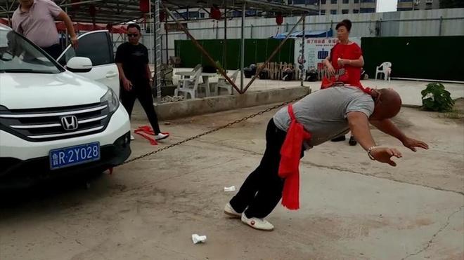 Pha bieu dien Kung Fu dung mot tai keo 2 oto hinh anh