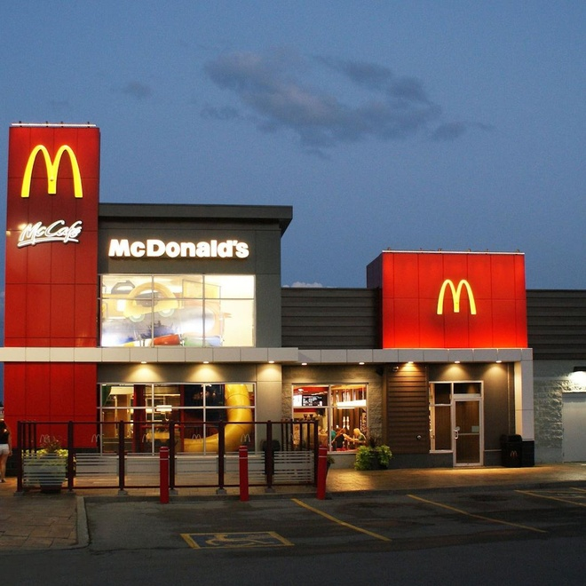 CEO McDonald's lam mot gio bang nhan vien lam mot nam hinh anh