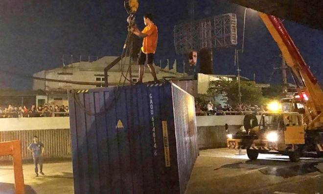 Tai xe xe om ke phut thoat chet khi thung xe container rot o TP.HCM hinh anh