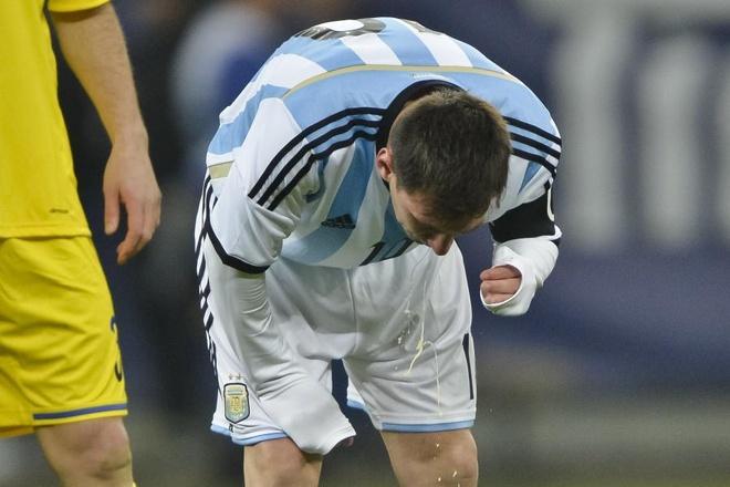 Vi sao Messi tung non khan trong cac tran dau hinh anh