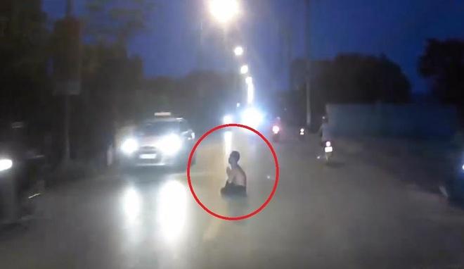 Lái ôtô hốt hoảng khi thấy người đàn ông ngồi giữa đường tụng kinh