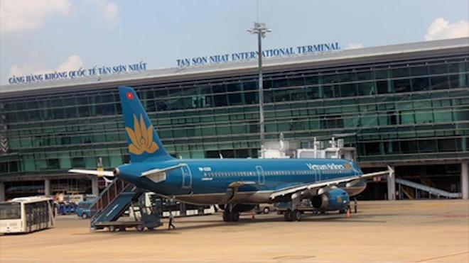 Tai xe oto ngang nhien 'tat dau' may bay cua Vietnam Airlines hinh anh