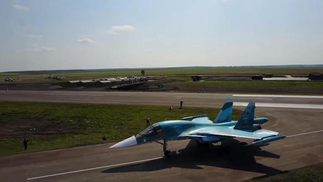May bay nem bom sieu thanh Su-34 ha canh xuong duong cao toc o Nga hinh anh