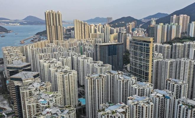Gioi tre Hong Kong chat vat vi gia nha dat tang chong mat hinh anh