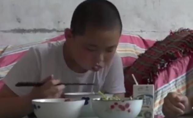 Cậu bé tăng 18 kg trong 3 tháng để hiến tủy cứu cha ở Trung Quốc