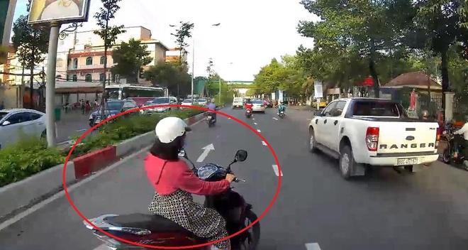 Tài xế suýt gặp hoạ khi người phụ nữ lái xe máy lao ra trước đầu ôtô