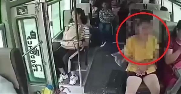 Nhay ra khoi xe bus dang chay, nu hanh khach TQ tu vong tai cho hinh anh
