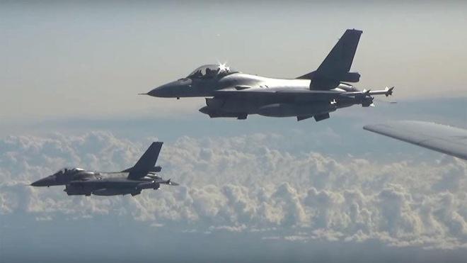Tiem kich 5 nuoc NATO vay quanh oanh tac co Nga hinh anh