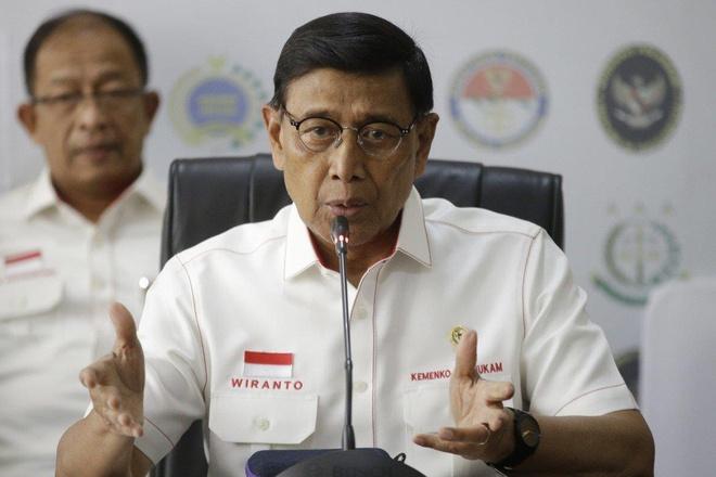 Bo truong An ninh Indonesia bi dam dao khi dang buoc xuong oto hinh anh