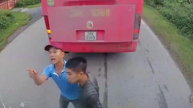 Nhan vien nha xe dung dieu cay, gay doa danh tai xe xe khac hinh anh