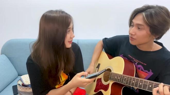 Nguyen Trong Tai dan guitar cover 'Hongkong1' cung hot girl Mina Young hinh anh