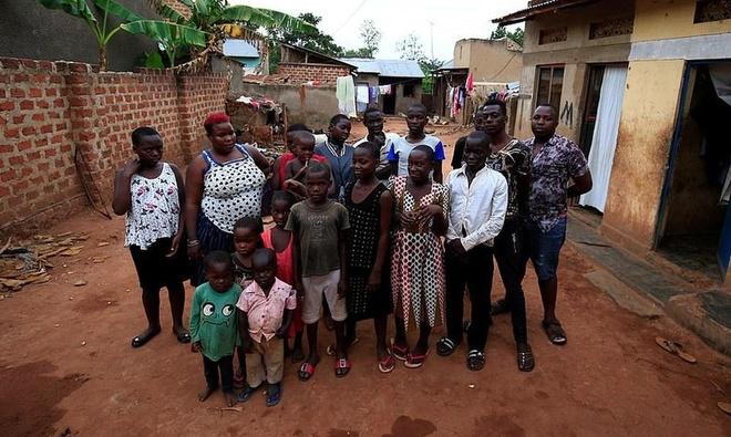 Ba me 40 tuoi sinh 44 dua con o Uganda bi cam de hinh anh