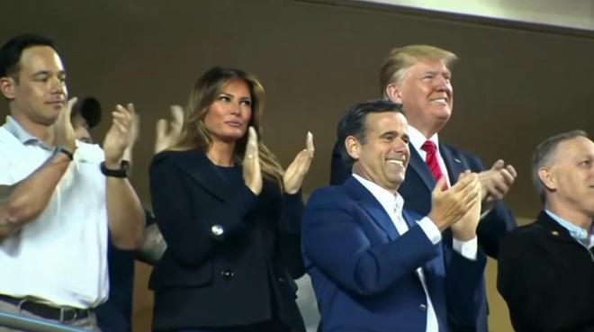 TT Trump bi dam dong la o khi di xem bong chay hinh anh
