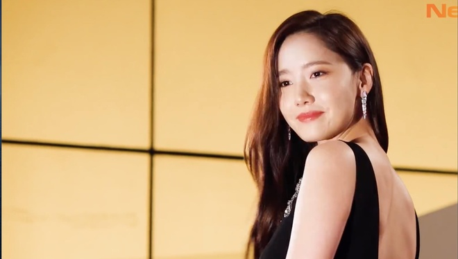 Yoona dien vay khoet sau khoe vai tran hinh anh