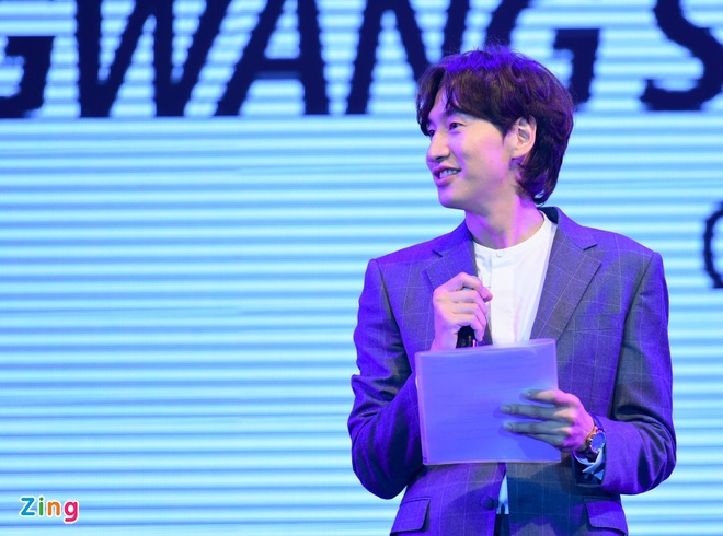 'Huou cao co' Lee Kwang Soo hat truoc hang nghin fan Viet hinh anh