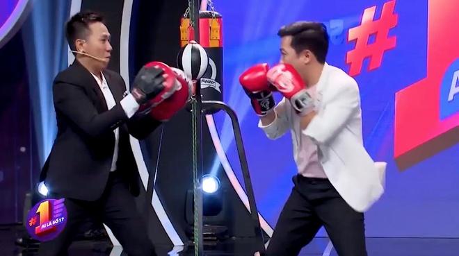 Anh Duc bi Truong Giang 'dam' tren san khau hinh anh