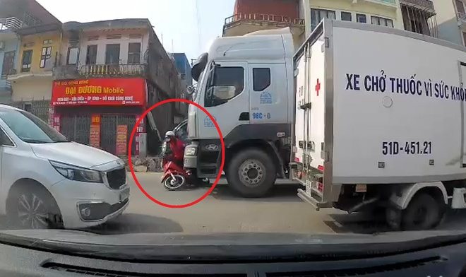 Nu tai xe di xe may suyt chet vi lao vao diem mu truoc dau container hinh anh