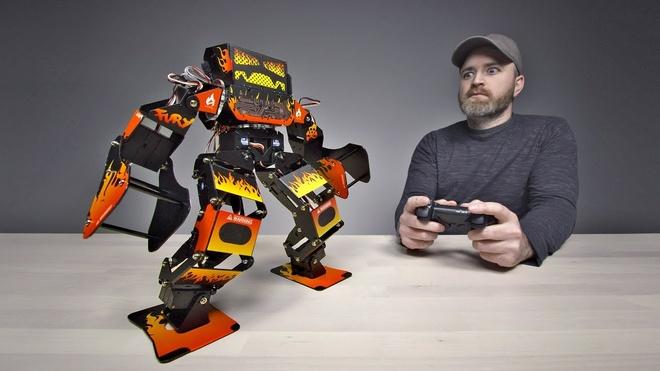 Trai nghiem robot chien dau gia 1.300 USD hinh anh