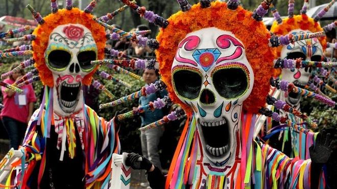 Nguoi dan Mexico hoa trang mat dau lau xuong duong dieu hanh hinh anh