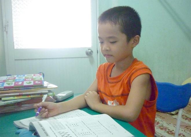 hằng ngày cậu bé Nam Kha vẫn thích được ngồi vào bàn để viết số và chơi trò tính nhẩm .