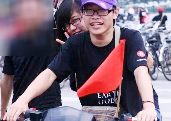 Chang trai chay bo 6 km tim nguoi yeu trong dem phao hoa hinh anh