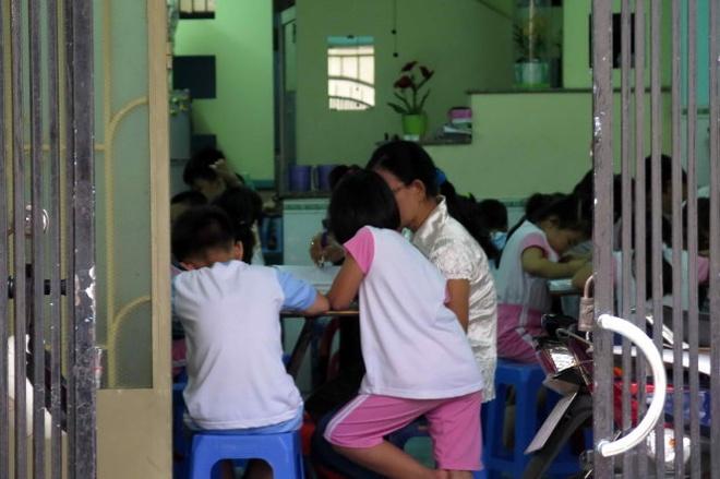 Một buổi học thêm của học sinh lớp 1 tại nhà giáo viên tại TPHCM. Ảnh: Như Hùng