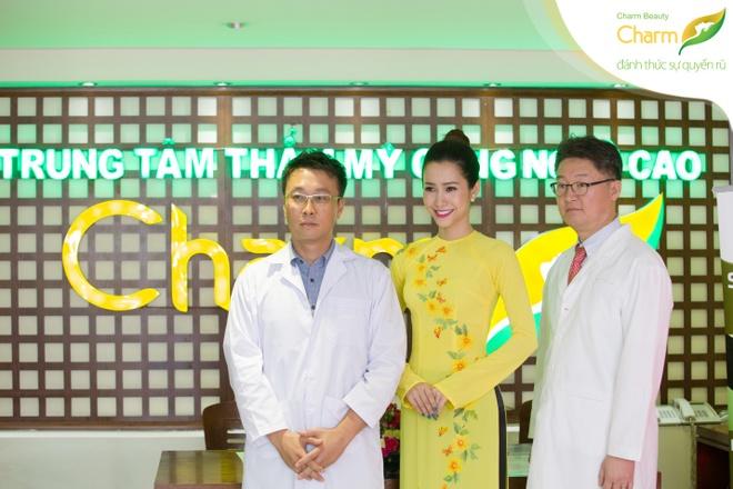 Phan Thu Quyen duyen dang du su kien nang mui S-line Plus hinh anh 6 Phan Thu Quyên chụp hình lưu niệm cùng bác sĩ.