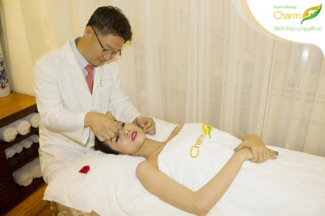 Phan Thu Quyen duyen dang du su kien nang mui S-line Plus hinh anh 3 Phan Thu Quyên hơi căng thẳng khi bác sĩ bắt đầu tư vấn kỹ tình trạng chiếc mũi của cô