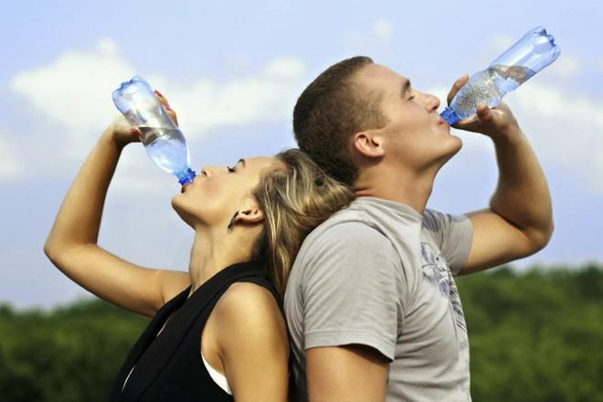 Cach ngan ngua benh soi than tai phat hinh anh 1 uống từ 2 – 3 lít nước mỗi ngày giúp ngăn ngừa sỏi thận ( ảnh minh họa)
