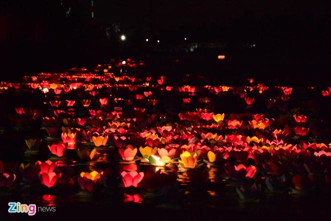 Hang nghin ngon hoa dang lung linh tren song Sai Gon hinh anh 10 Những ngọn hoa đăng tỏa sáng rực rỡ dọc theo dòng sông Sài Gòn trong đêm rằm tháng giêng.
