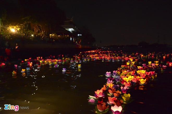 Hang nghin ngon hoa dang lung linh tren song Sai Gon hinh anh 12 Đèn hoa khi trôi ra xa và nến cháy hết sẽ được vớt lên bờ để gây không ảnh hưởng đến môi trường sinh thái của dòng sông.