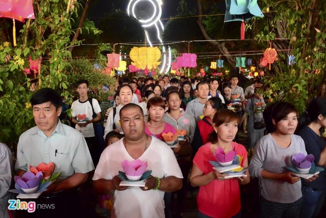 Hang nghin ngon hoa dang lung linh tren song Sai Gon hinh anh 4 Mọi người cầu an cho gia đình, cầu siêu cho những người đã mất, và cả những lời khấn nguyện về tình yêu đôi lứa.