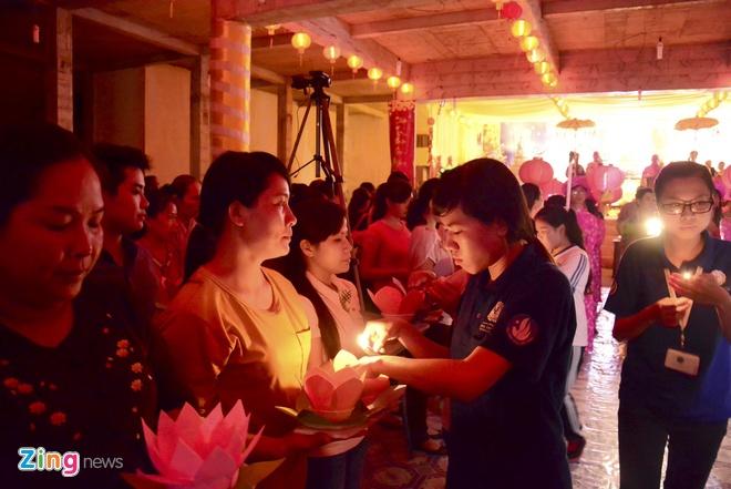 Hang nghin ngon hoa dang lung linh tren song Sai Gon hinh anh 5 Sau khi nghi lễ kết thúc, họ truyền cho nhau ngọn lửa linh thiêng từ Đức Phật.