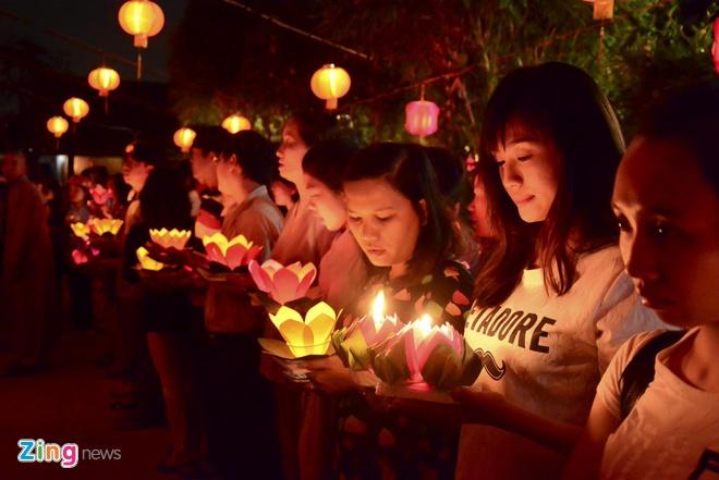 Hang nghin ngon hoa dang lung linh tren song Sai Gon hinh anh 6 Khi đoàn rước đèn quay lại chùa, hoa đăng sẽ được chuyền xuống mé sông, nơi có các sinh viên tình nguyện đón nhận và thả xuống dòng sông Sài Gòn.