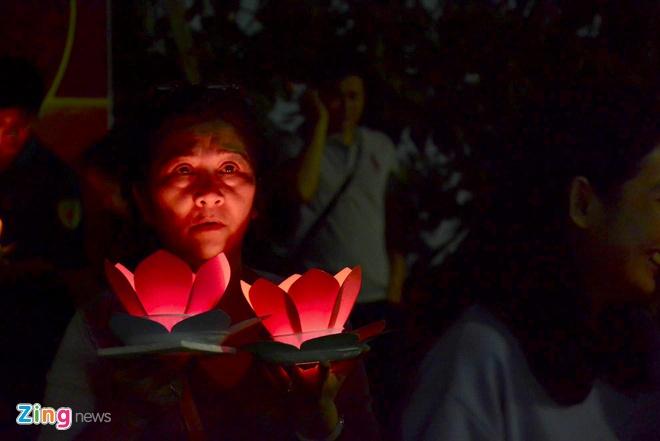 Hang nghin ngon hoa dang lung linh tren song Sai Gon hinh anh 7 Phật tử tin rằng nghi thức thả đèn hoa đăng sẽ giúp cho ước nguyện và lòng thành của mình được trời phật chứng giám.