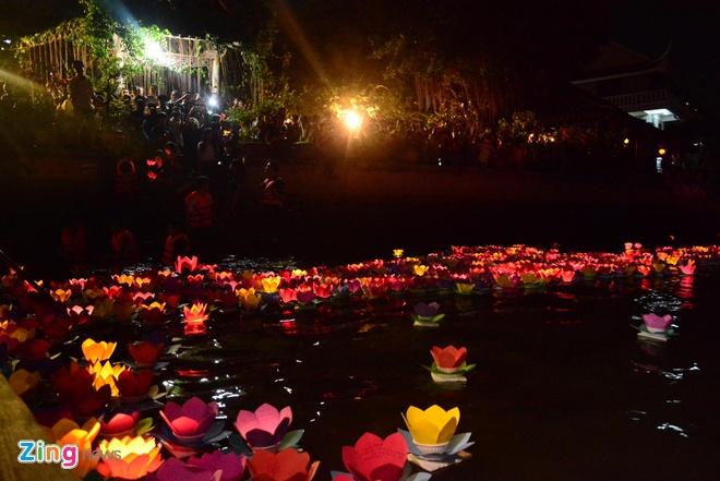 Hang nghin ngon hoa dang lung linh tren song Sai Gon hinh anh 8 Những ngọn hoa đăng đủ sắc màu, lung linh tỏa sáng giữa dòng sông Sài Gòn.
