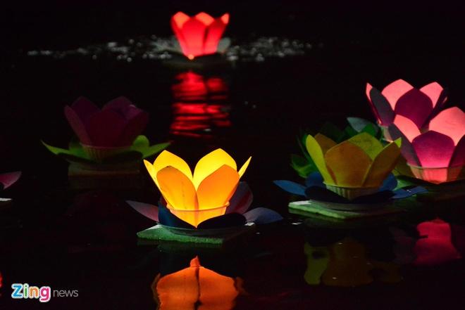 Hang nghin ngon hoa dang lung linh tren song Sai Gon hinh anh 9 Những điều cầu ước, mong muốn được lưu giữ trên cánh hoa.