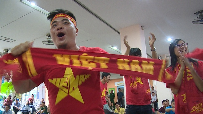 Nguoi ham mo o Sai Gon trong tran ra quan cua U23 Viet Nam hinh anh