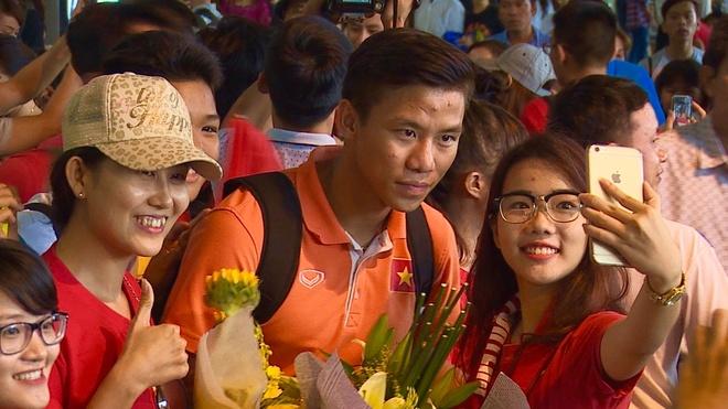 CDV Sai Gon vay kin Cong Phuong va dong doi o san bay hinh anh